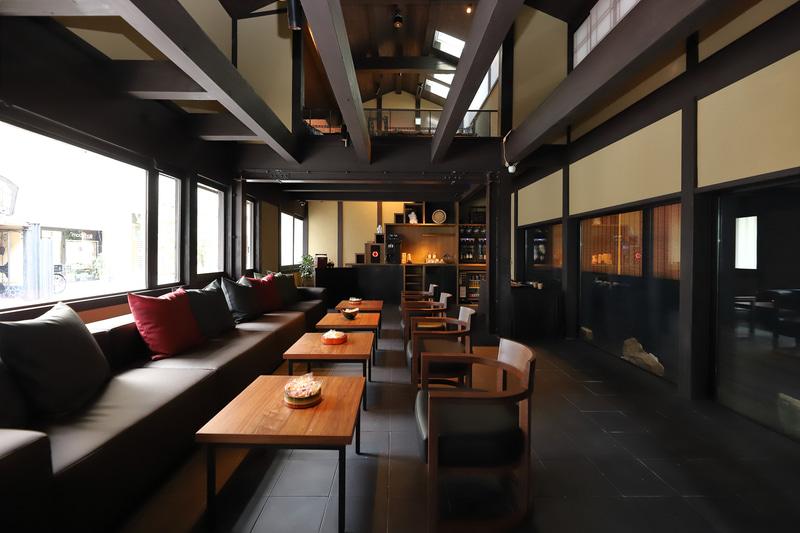 玄関を入ると、そこは町家を改修した「machiya lounge」
