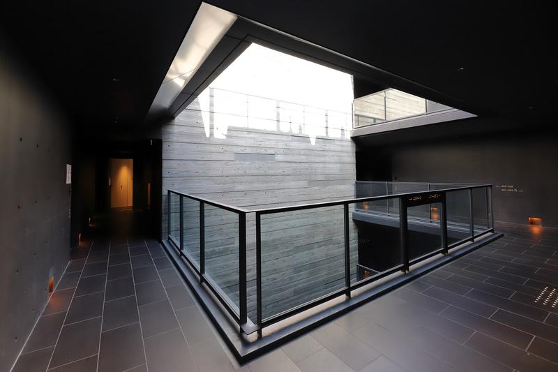 4階フロアと見下ろした坪庭。採光はもちろん、換気にも重要な役割を果たしている