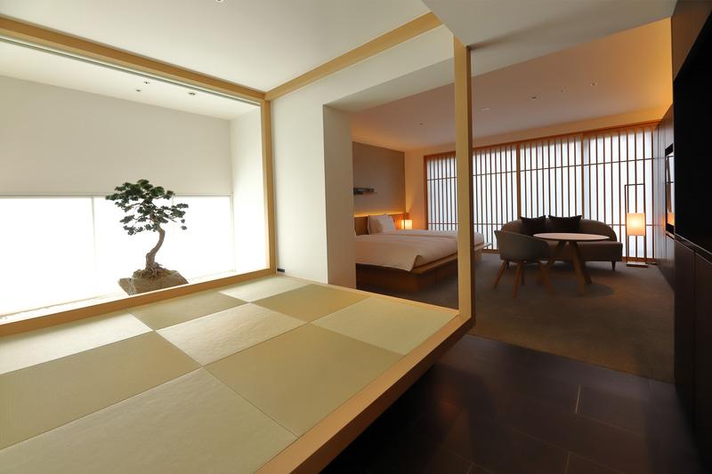 坪庭を望む畳スペースは「Tsuboniwa Suite」の命名の由来でもある。座布団は畳の下に収納されている