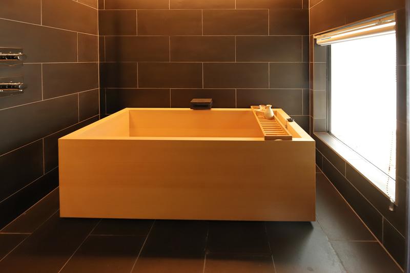 浴槽は檜葉(ヒバ)製。長期滞在において風呂のしつらえはとても大切だが、この浴室はきっと満足できる