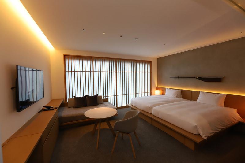「Hibaburo Deluxe」の寝室。低く暖かな光で心からリラックスできる