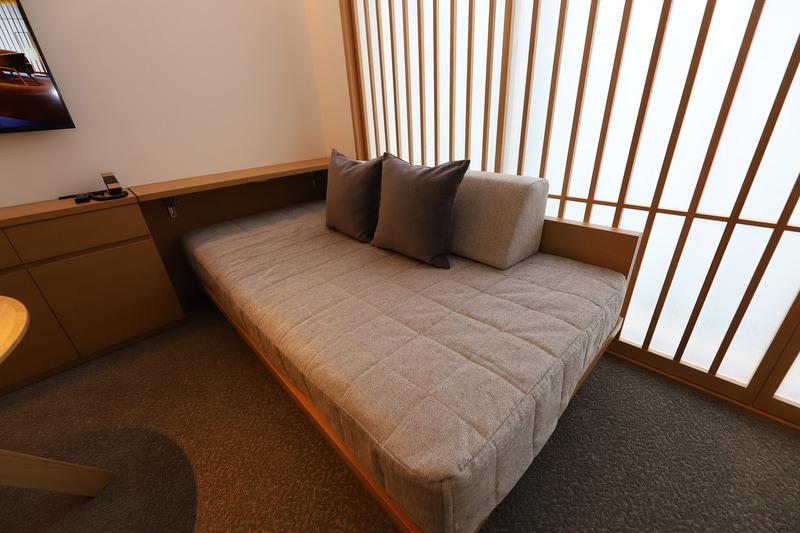 ソファベッドも常設。4名宿泊時はさらにエキストラベッドを用意する