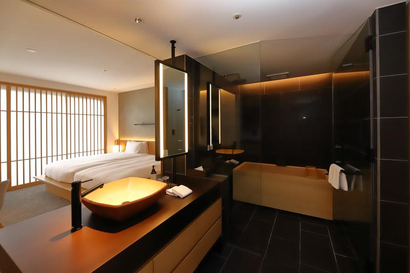 洗面が寝室と一体になった設計は非常に斬新。洗面、浴室の床面と壁面には御影石を使用