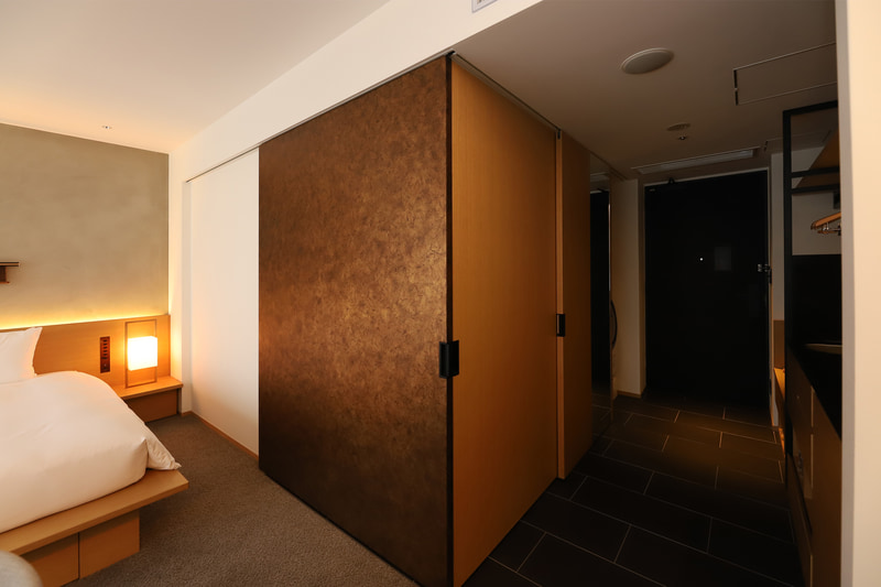 洗面、バスルームは稼働壁で寝室と隔離することも可能。壁を開放すると部屋全体が広く感じる