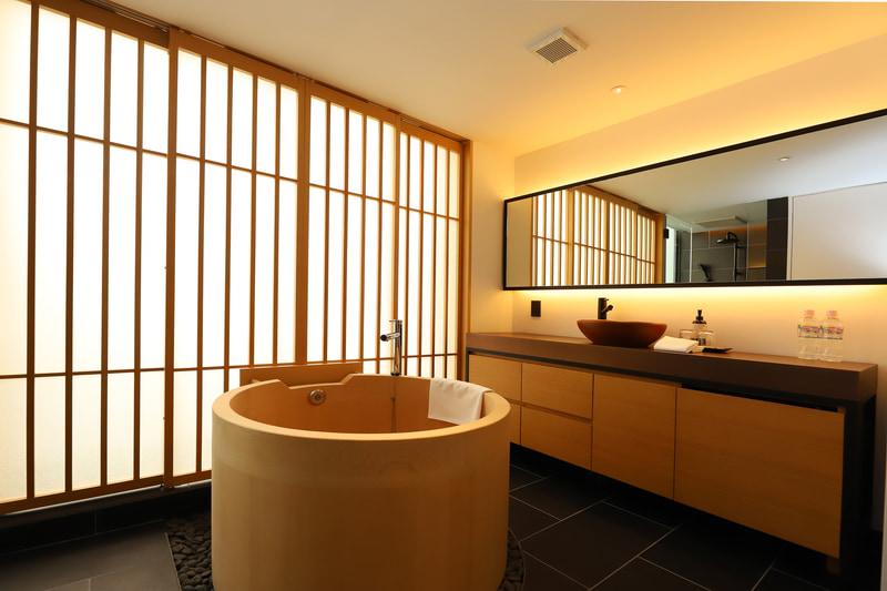 檜葉の浴槽は直径1m。全体が広々としているため、室内なのに露天風呂然とした趣すら感じる
