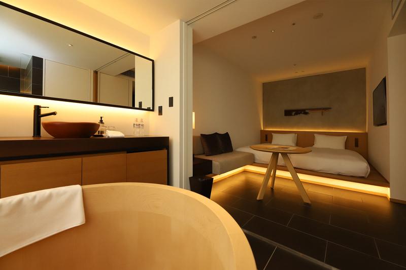 浴室と寝室の間にはわずかに段差があり湯が流れ出さないようになっている