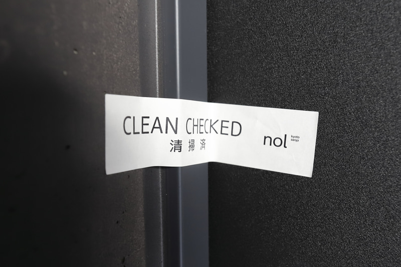 客室のドアに貼られていた封印。清掃後、誰も入っていないことを示すものだ(全室)