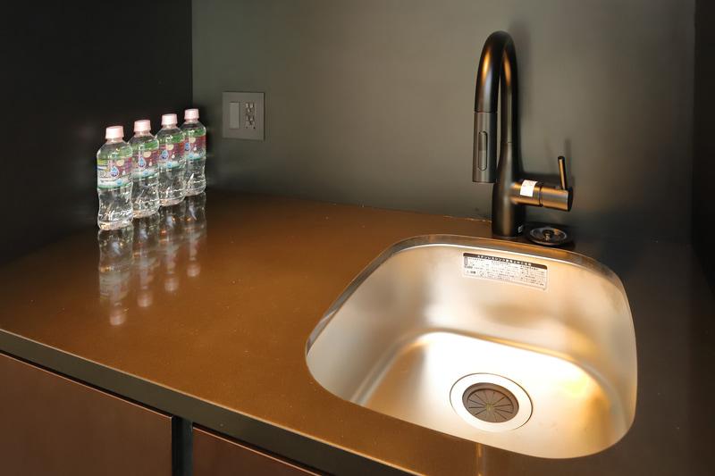 標準客室では、洗面とは別に軽食の調理にも便利な水道とシンクを備える