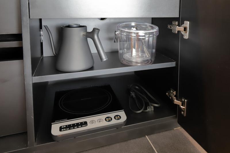 IHコンロとポット。お湯を沸かせる設備は全室に備え付け