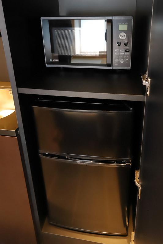 電子レンジ、冷凍機能付きの冷蔵庫、全自動洗濯機も設置。ランドリールームに行く煩わしさからも解放される