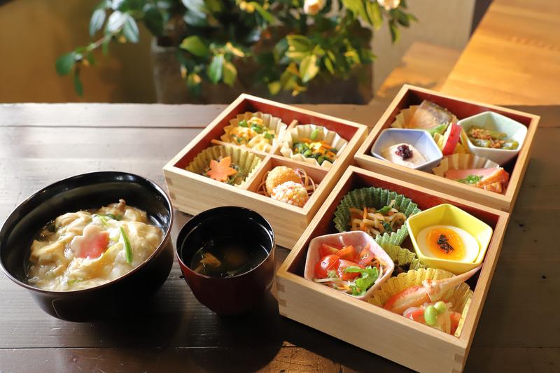 「京菜味のむら」の12種おばんざい。湯葉丼、みそ汁はnol kyoto sanjoで仕上げて温かいものを提供