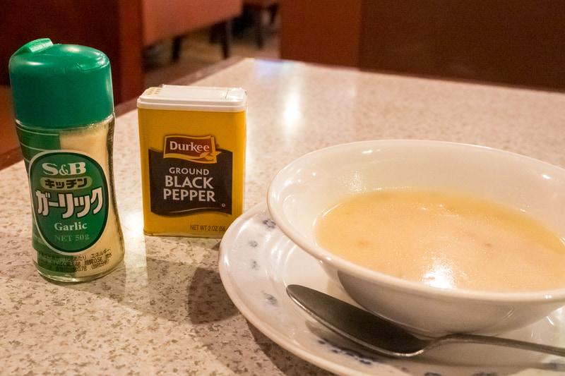 スープはそのままでも美味しいがガーリックやブラックペッパーでの味変もお勧め