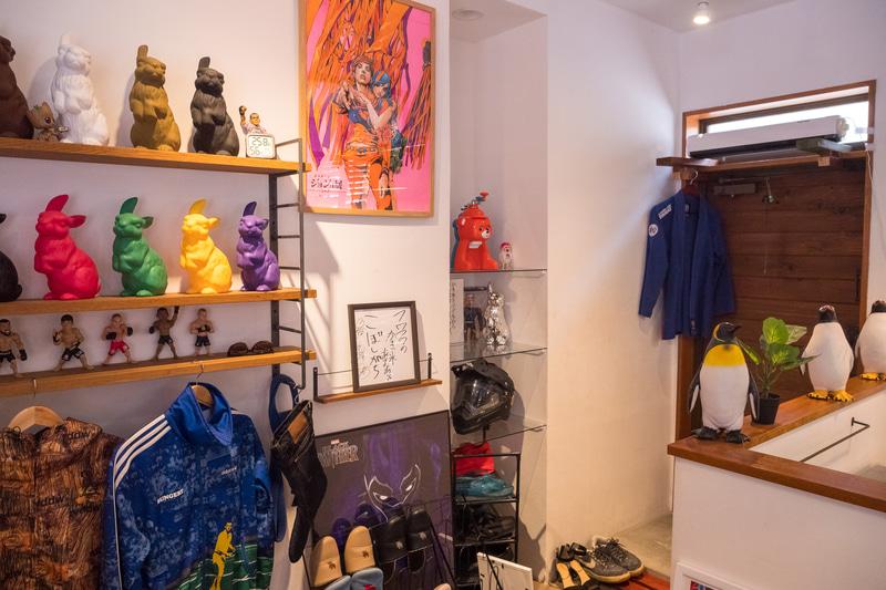 自宅に帰ってきたかのような落ち着いた雰囲気の店内だが、装飾品やメニューは個性があふれまくっている