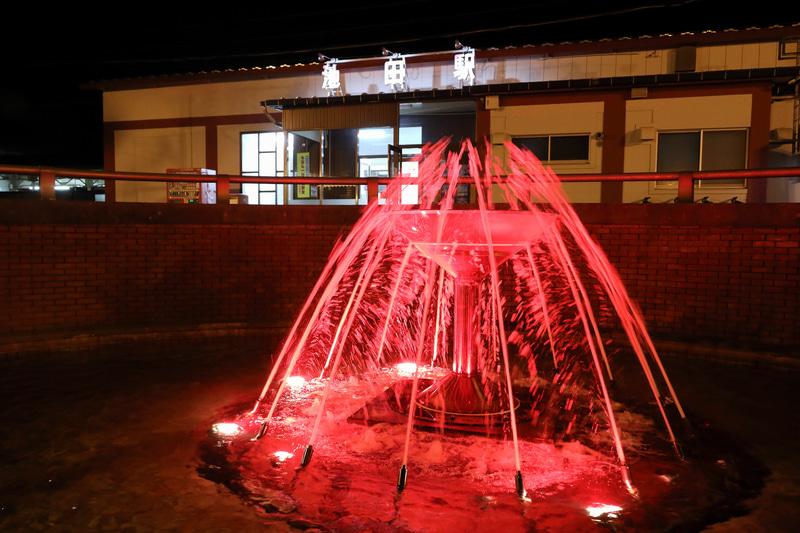 駅から見る「レストランよねくら」。ワインの町池田町らしくタクシーはワインタクシーと名付けられています。噴水はちょっぴりカクテルグラス風ですが夜になると赤くライトアップされ、まるで赤ワインのようになります