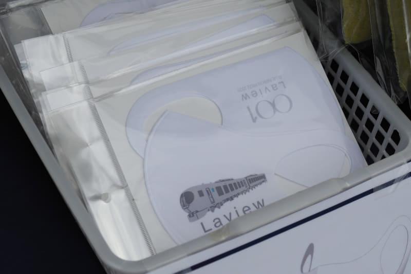 01系Laviewのグッズの充実。なかでもネクタイとピンのセットはブルーリボン賞受賞記念のものだ