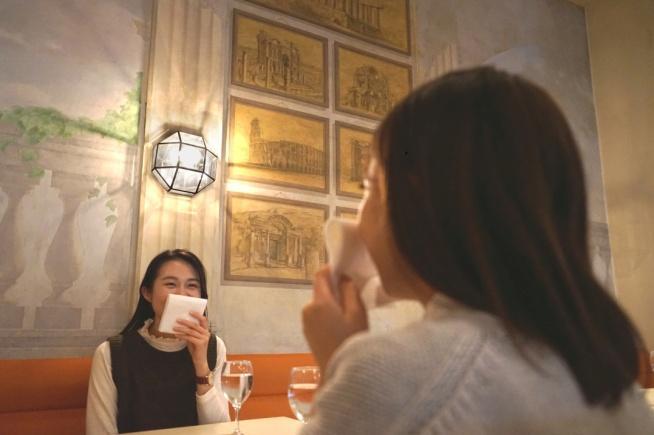 食事中の会話時にハンカチなどを口に当てることを入場の条件に