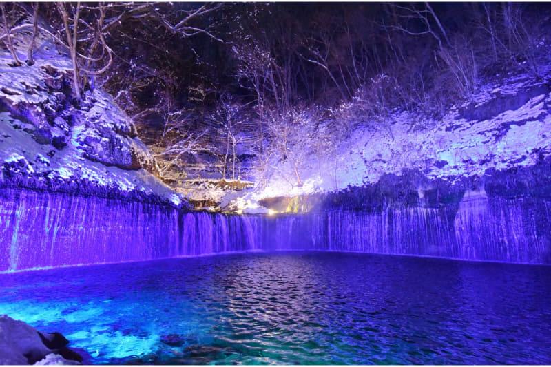 白糸ハイランドウェイは「軽井沢白糸の滝真冬のライトアップ」を実施する。