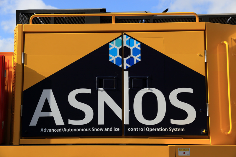 車両側面後部には北海道支社が手掛ける雪氷対策の高度化システムの名称「ASNOS(アスノス)」のロゴが書かれている