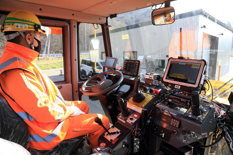 運転席右側のガイダンスモニターには高速道路に設置されている設備の位置情報、路肩とロータリ除雪車との距離などが表示される