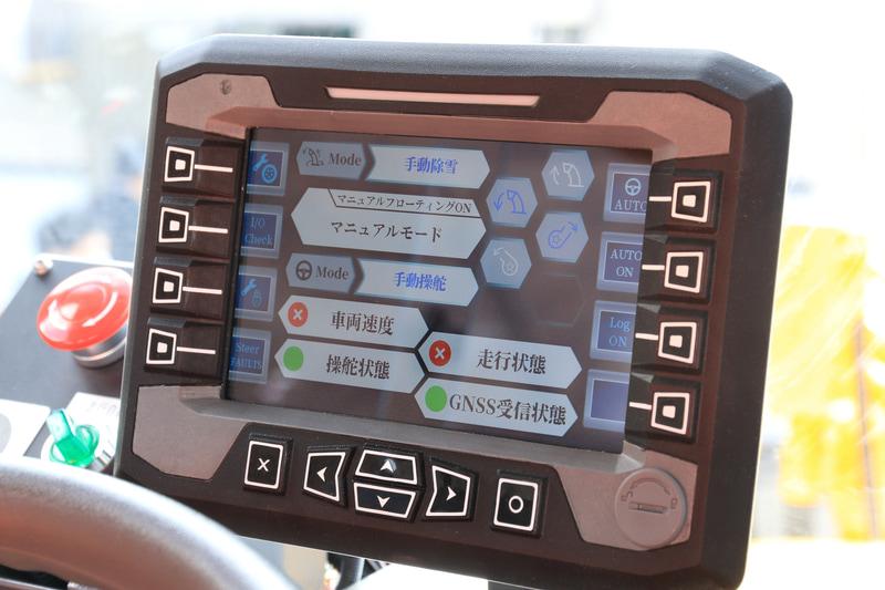 運転席内部中央のパネルで手動と自動との切り替え操作をする