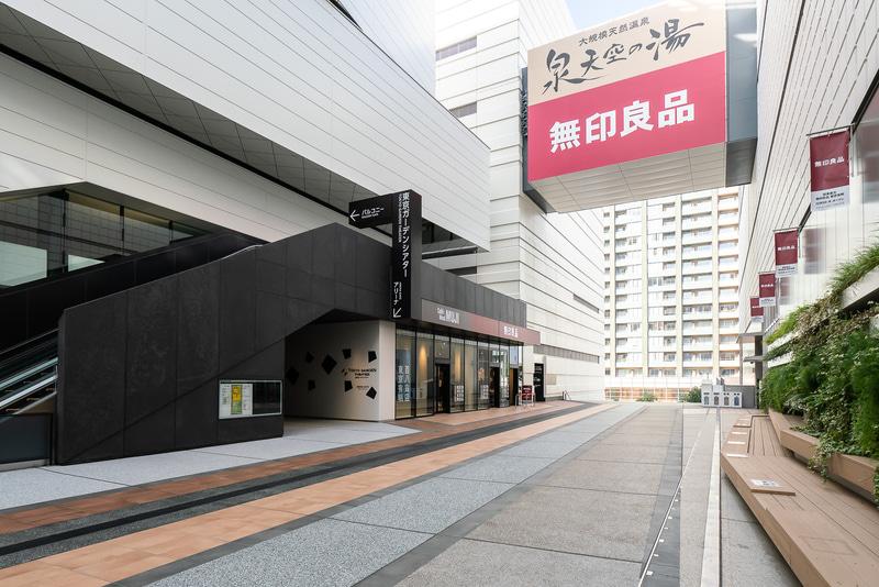 アトリウム2階に無印良品 東京有明のエントランスがある