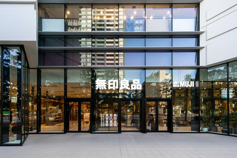 無印良品 東京有明の1階エントランス。こちらは通りに面している