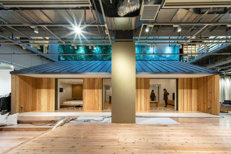 吹き抜けに一軒家シリーズ「陽の家」のモデルハウスが原寸大で展示されている