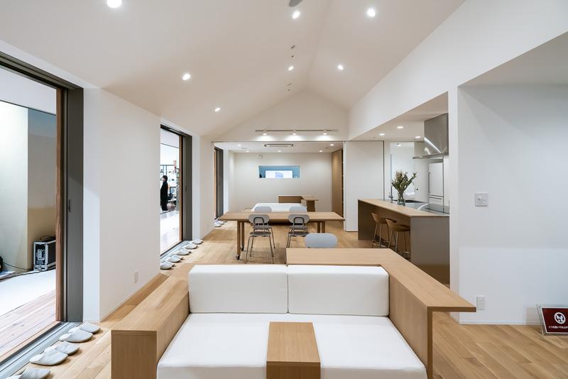 「陽の家」の室内。リビングからキッチンを見ている