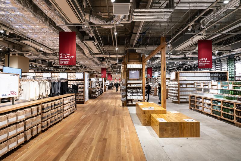 3階は、衣料品を中心にした生活雑貨フロア