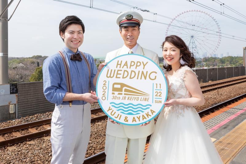 新郎新婦デザインのオリジナルヘッドマークを搭載した特別車両で結婚式