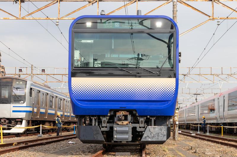 E235系の1号車を正面から見たところ。山手線のE235系と同様のデザインだが、青を主体としたカラーリングになっている。製造は総合車両製作所