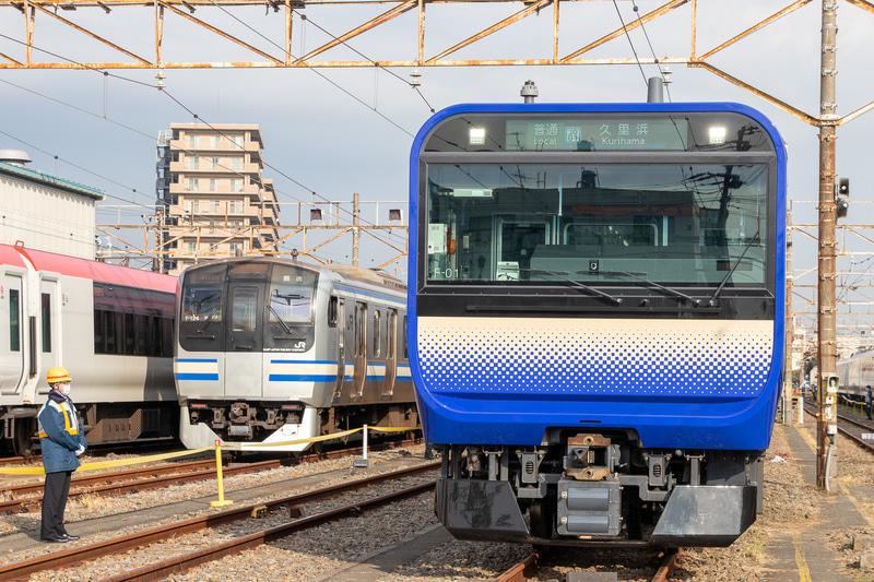 E235系(右前方)と現在運用されているE217系(左後方)