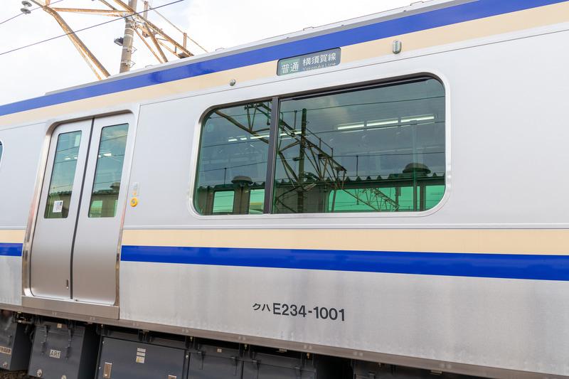 E235系の側面はE217系と同様、青とクリーム色の帯が施されている