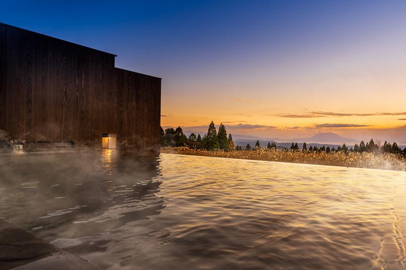 湯浴み小屋では、自然豊かな景色を眺める露天風呂、源泉かけ流しの「あつ湯」、温泉成分を肌になじませるための「ぬる湯」の2つの湯船を備える内風呂がある