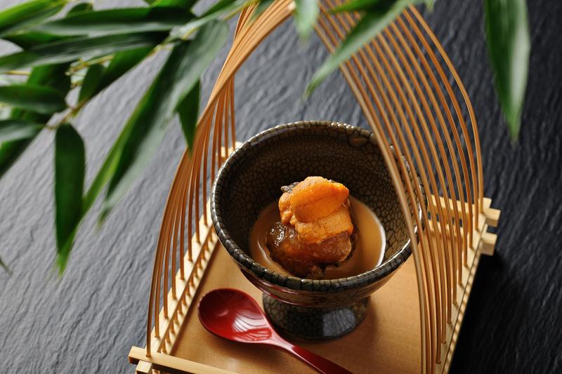 プライベートが保てる半個室の食事処で、地域ならではの旬の素材を活かした会席料理を、鹿児島県の伝統工芸品である薩摩焼や龍門寺焼きなどの器とともに楽しめる