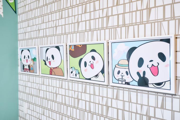 お部屋でくつろぐ「お買いものパンダ」たちを描いた