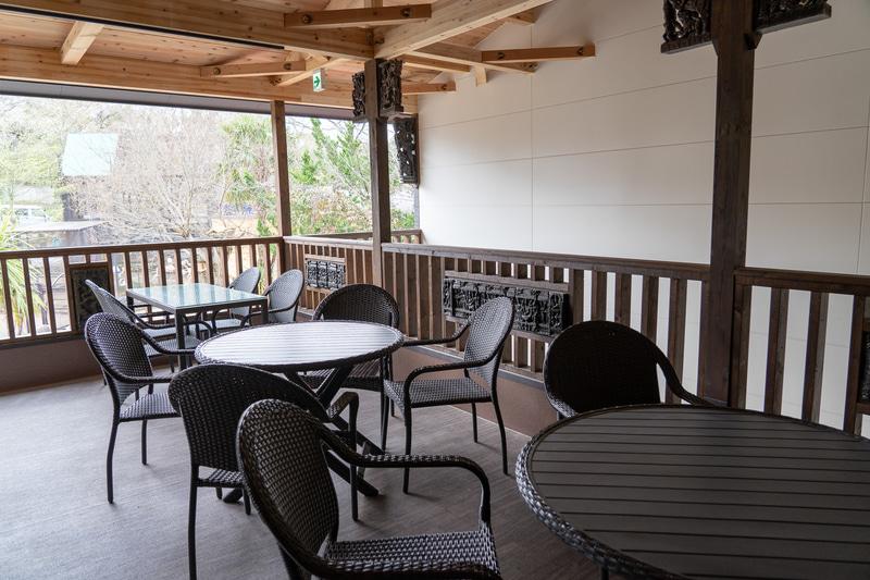 2階の屋外席はドムドムハンバーガーのテイクアウトフードの飲食が可能。ゾウの水浴びを見ながら飲食ができる貴重な場所