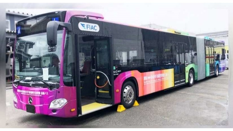 レインボーラッピング連節バス