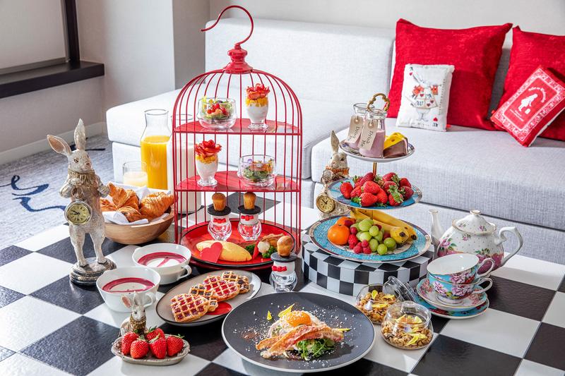 「RSVP.アリスルームへの招待状」ジュニアスイートの客室と朝食