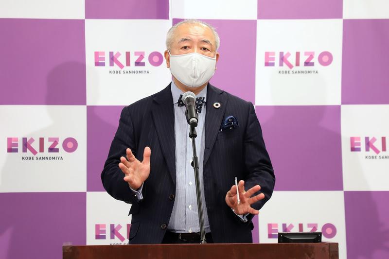 記者会見で「EKIZO神戸三宮は横丁文化の新しいスタイル」と述べるフードコラムニストの門上武司氏