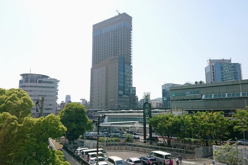 三宮エリアの新たなランドマークとなる神戸三宮阪急ビル。右はポートライナー三宮駅