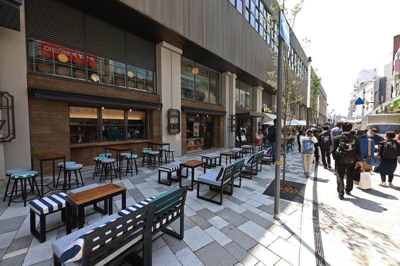 ヨーロッパの街並みで見かけるようなテラス席。ウィズコロナの時代ともマッチした取り組みだ