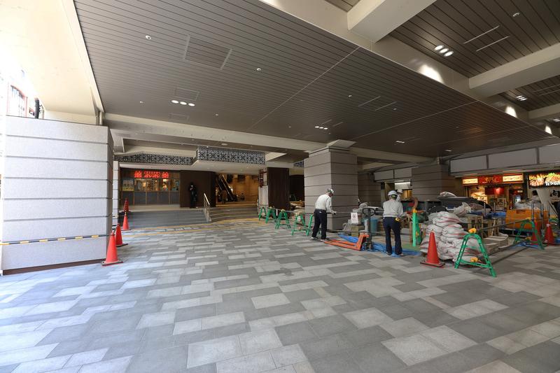 西口改札前コンコースは急ピッチで工事が進められていた(4月21日時点)