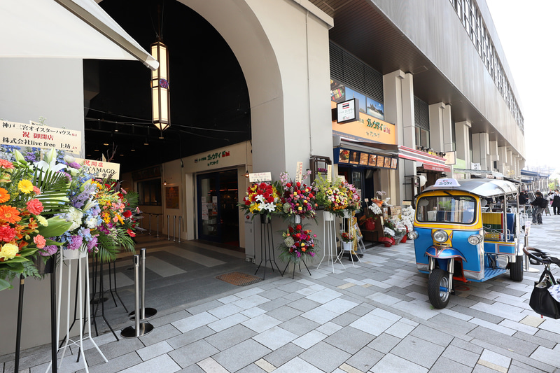 タイ料理店前にはトゥクトゥクも。撮影も大歓迎とのこと