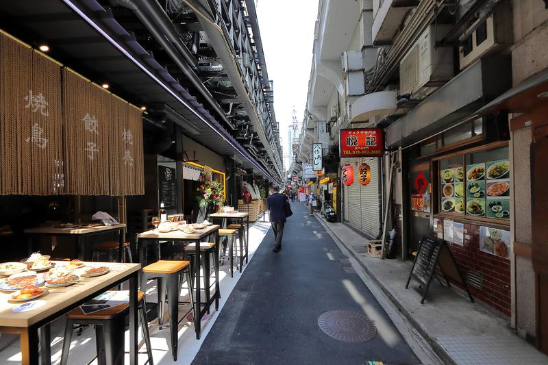 南側は狭い路地に個性的な店が並ぶ。横丁の雰囲気だ