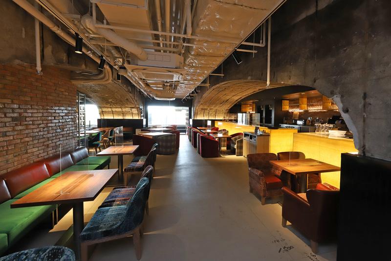 店内は阪急線の橋脚の無骨さも活かしたファクトリーデザイン