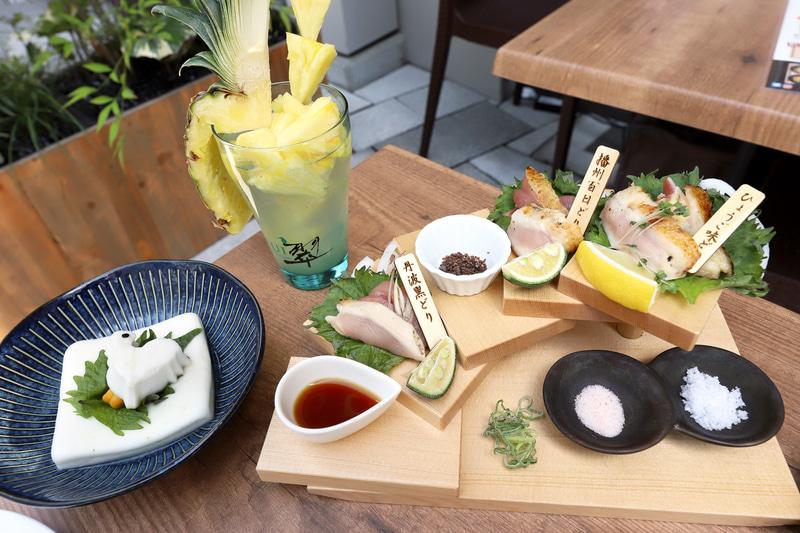 兵庫県多可町の「播州百日どり」、地鶏の最高峰とされる「ひょうご味どり」など、食材も最高峰。左はランチメニューの1つ「産直播州地卵のたまごかけご飯」