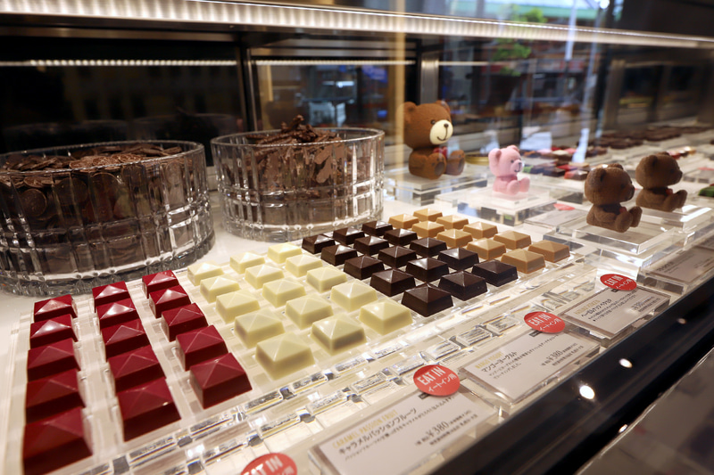 1999年創業でスペイン王室御用達の「CACAO SAMPAKA」が神戸初出店。チョコレートをはじめ、スイーツやカカオを使った料理もカフェスペースで楽しめる