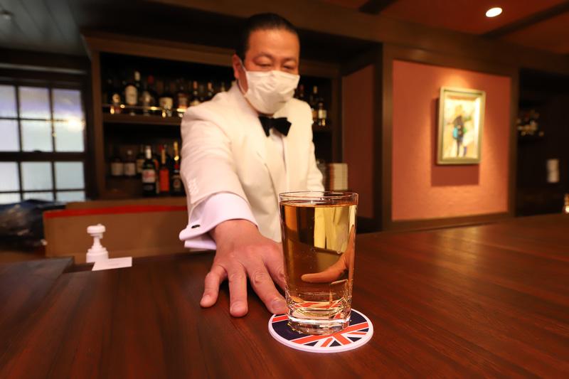 100年以上前の1918年に神戸で開業した老舗のバーが「神戸サンボア」と名を改め、67年ぶりに神戸に戻ってきた、移ろう時代のなかで変わらぬサービスを提供するという