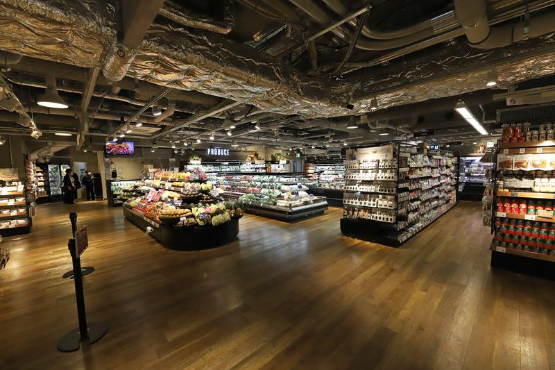 駅東口地下にある「キッチン&マーケット」では生産者こだわりの食材や専門店の料理、選び抜かれた酒を用意